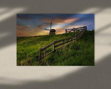 Nederlands  molen met hek tijdens zonsondergang