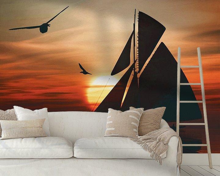 Sfeerimpressie behang: Zeilboot bij zonsondergang 2 van Jan Keteleer
