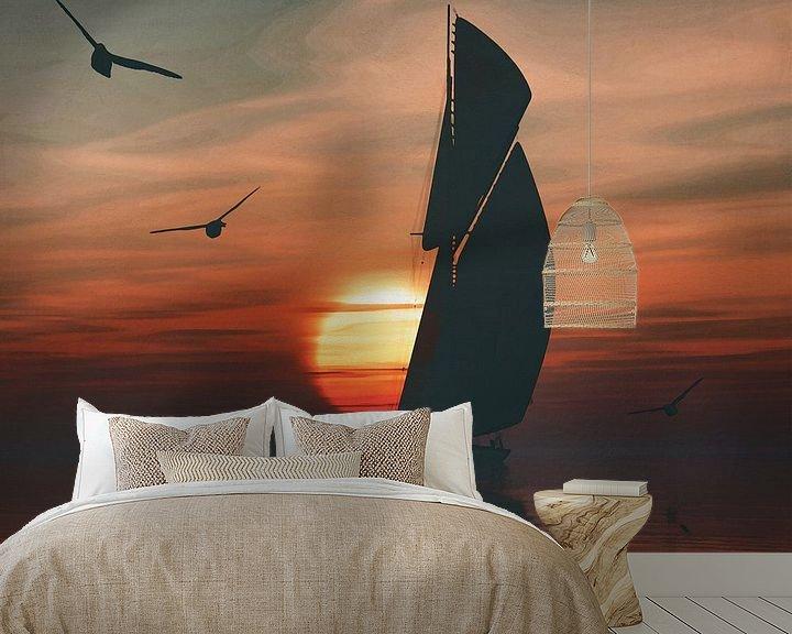 Sfeerimpressie behang: Zeilboot bij zonsondergang 4 van Jan Keteleer