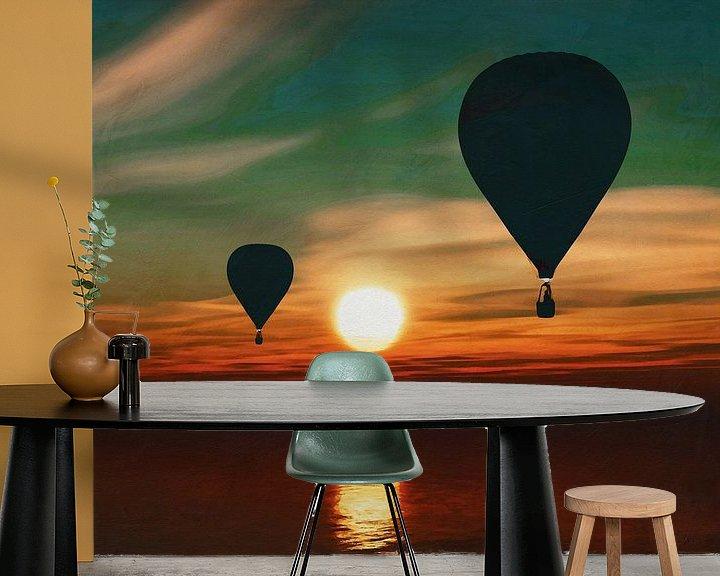 Sfeerimpressie behang: Heteluchtballonnen varen over de zee tijdens zonsondergang van Jan Keteleer