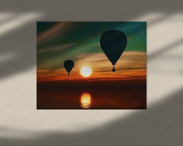 Sfeerimpressie: Heteluchtballonnen varen over de zee tijdens zonsondergang van Jan Keteleer