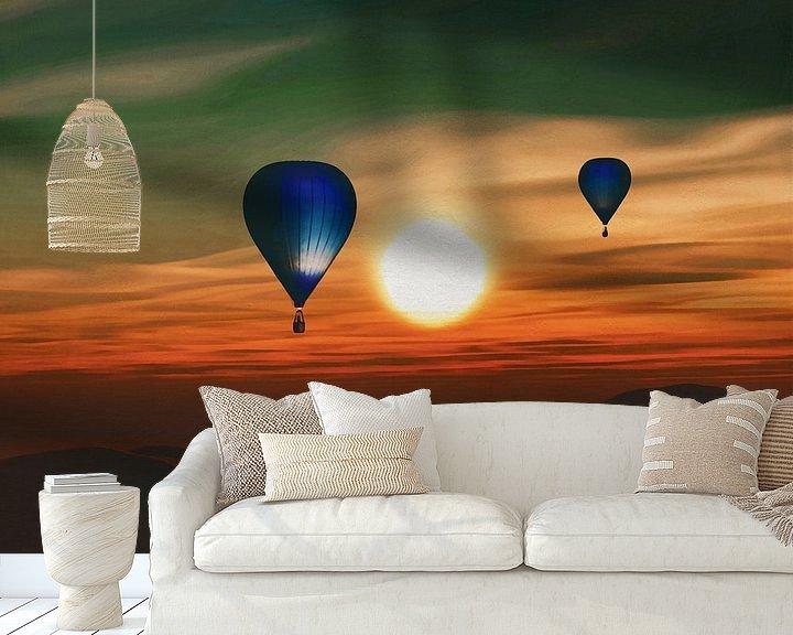 Sfeerimpressie behang: Heteluchtballonnen varen over de zee zonsondergang van Jan Keteleer