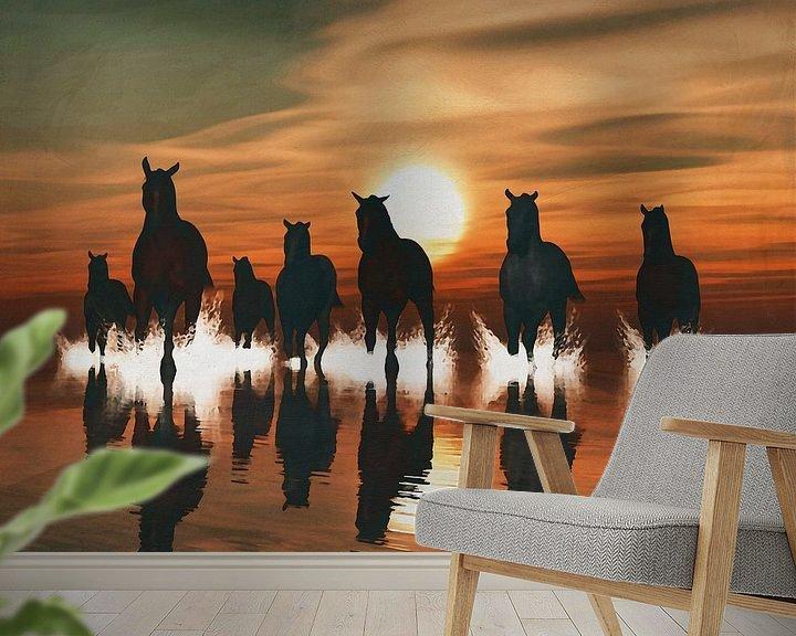 Sfeerimpressie behang: Paarden bij zonsondergang in zee van Jan Keteleer