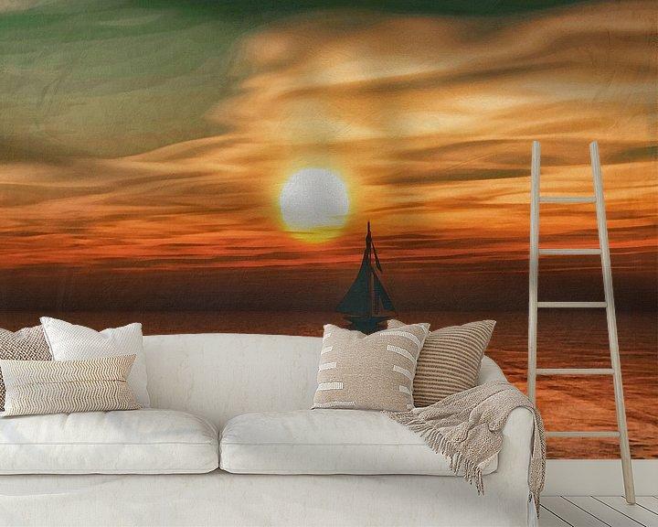 Sfeerimpressie behang: Een zeilschip zeilt tijdens zonsondergang op zee van Jan Keteleer