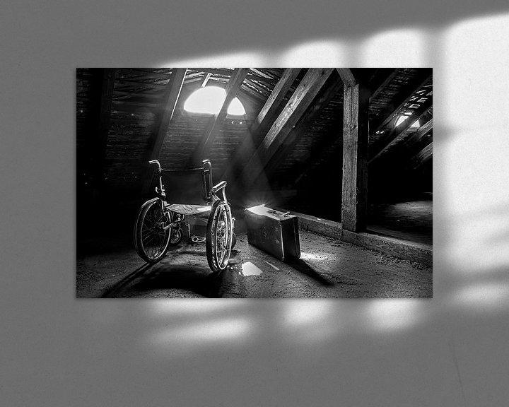Beispiel: Rollstuhl und Koffer mit Lichtstrahl von Frank Herrmann