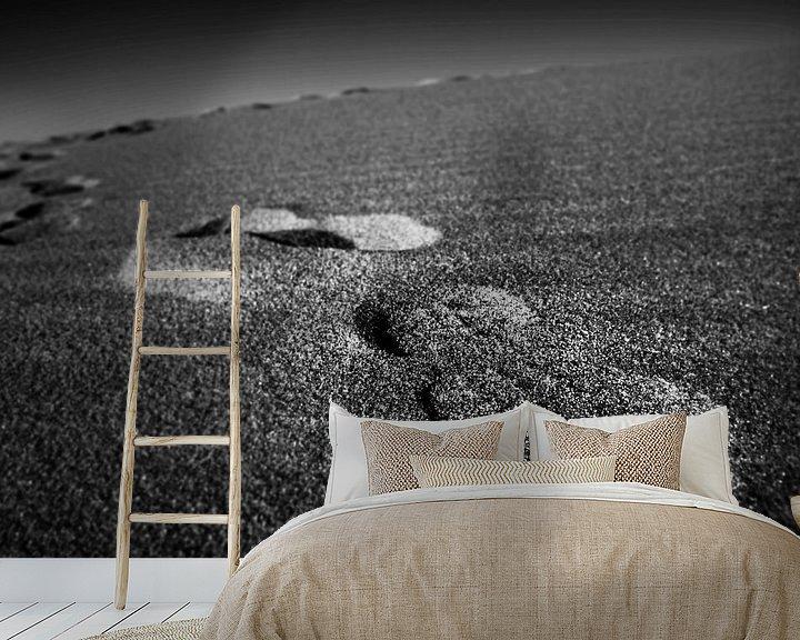 Sfeerimpressie behang: Voetafdrukken in het zand van Frank Herrmann