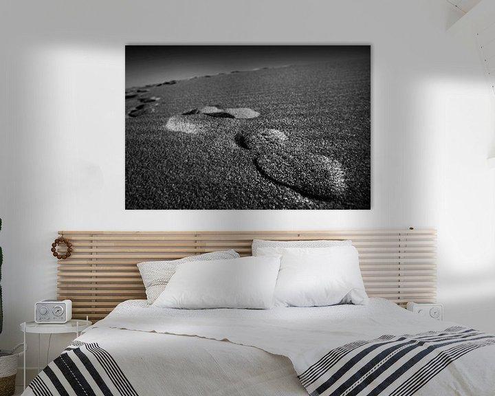 Sfeerimpressie: Voetafdrukken in het zand van Frank Herrmann