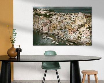 Uitzicht op haven en stadje Procida. van Ron van der Stappen