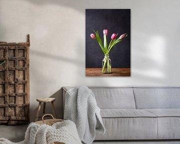 Fotodruck | Rosa Tulpen in Vase | Botanisch | Modernes Stillleben | Frühling von Jenneke Boeijink