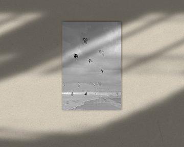 Kite-Surfer in Wijk aan Zee. von Christa Stroo fotografie