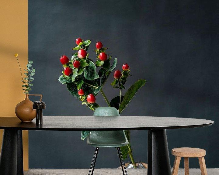 Sfeerimpressie behang: Foto   tak met rode bessen   botanisch   modern stilleven van Jenneke Boeijink