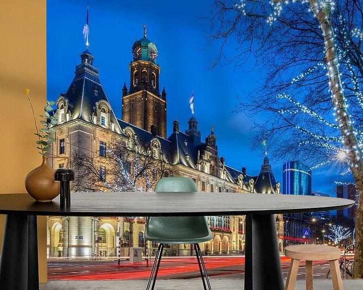 Sfeerimpressie behang: Stadhuis Rotterdam in blauwe uur van Prachtig Rotterdam