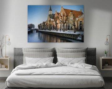 Friese stad Sloten in de winter met gevels en kerk van Henk Vrieselaar