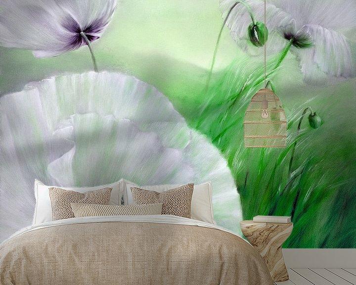 Sfeerimpressie behang: witte klaproos van Annette Schmucker