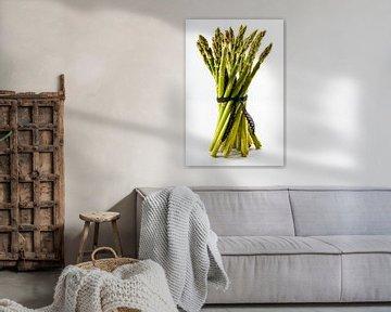 Verse groene asperges met witte achtergrond van Dafne Vos