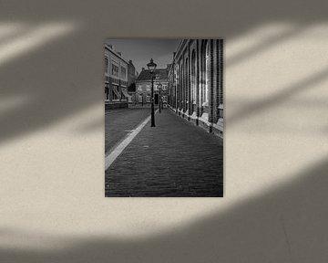 Sfeervolle straat in Sittard in zwart wit van Moniek van Rijbroek