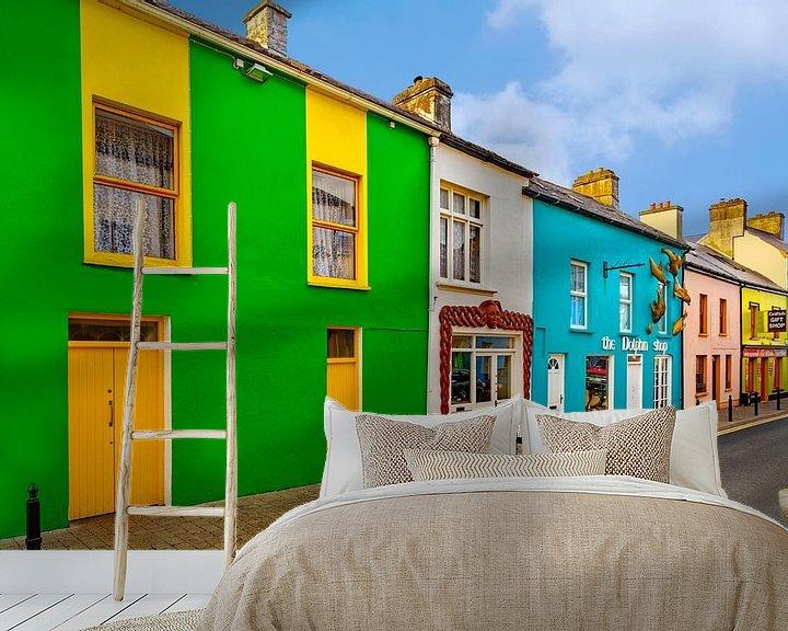 Sfeerimpressie behang: Kleurrijk geschilderde huizen in het stadje Dingle, Kerry,  Ierland. van Mieneke Andeweg-van Rijn