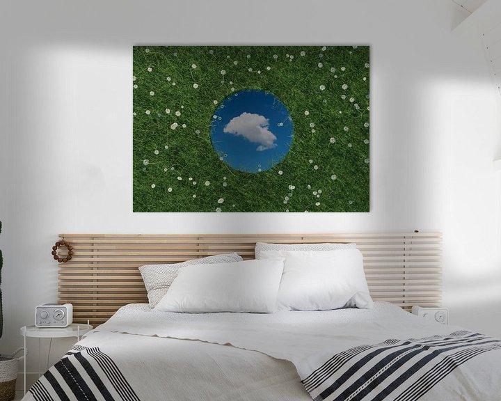 Sfeerimpressie: Ronde spiegel weerspiegelt witte enkele wolk en ligt op groene weide omringd door madeliefjes van Besa Art