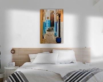 Smal steegje met bruine deur in medina van rabat in marokko van Dieter Walther
