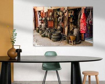Winkel met producten van gebruikte banden in de medina van Marrakech in Marokko van Dieter Walther