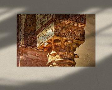 Sierlijke zuil met ornamenten in Marrakech Marokko van Dieter Walther