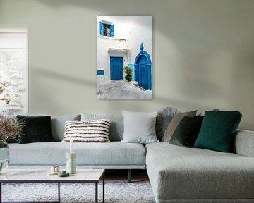 Altstadt Gasse mit blauer Tür in Rabat Marokko von Dieter Walther