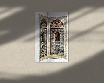 Fenster mit arabischer Verzierung in einem Riad in Fez Marokko von Dieter Walther