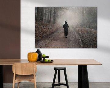 Wandelend door het mistige herfstbos van Besa Art