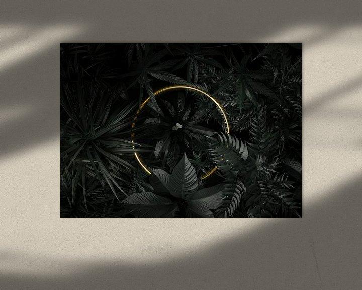 Sfeerimpressie: gouden cirkelvorm omringd door tropische planten van Besa Art
