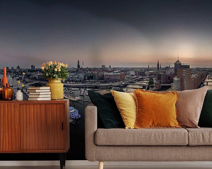 Sfeerimpressie behang: Luchtfoto van de skyline van Hamburg bij zonsopgang van Jonas Weinitschke