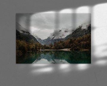 Wijds uitzicht over het water en de bergen in Oostenrijk van Anouk Strijbos