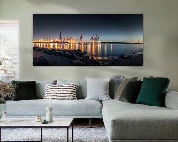 Panorama bij nacht in de haven van Hamburg van Jonas Weinitschke