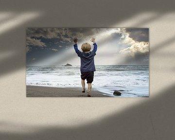 Kleine jongen speelt op het strand van Jonas Weinitschke