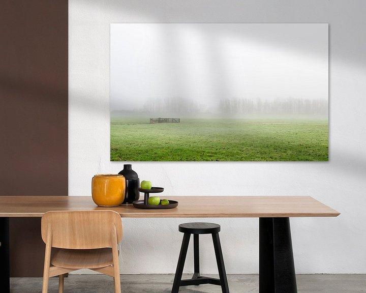 Sfeerimpressie: Mistige polder met hek in Zuid-Holland van Rob IJsselstein