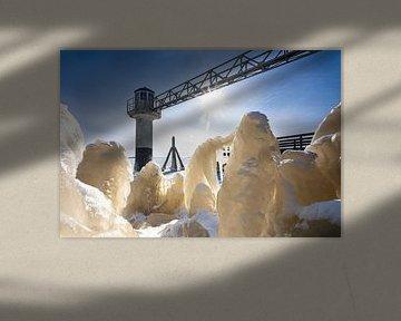 Bevroren kustlijn met ijssculpturen aan meer in Groningen van Fotografiecor .nl
