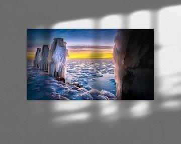 Winter landschap met ijs sculpturen  aan IJsselmeer kust van Fotografiecor .nl