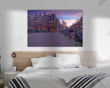 Stadtbild von Amsterdam am Abend an der Singel von Nisangha Masselink