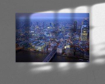 Luftaufnahme von London an der Themse am Abend von Nisangha Masselink