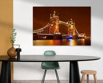 Londoner Brücke über die Themse in London England bei Nacht von Nisangha Masselink