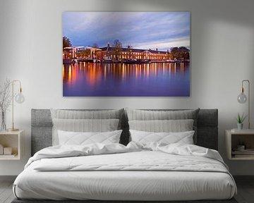 Stadtbild von Amsterdam bei Sonnenuntergang auf der Amstel von Nisangha Masselink