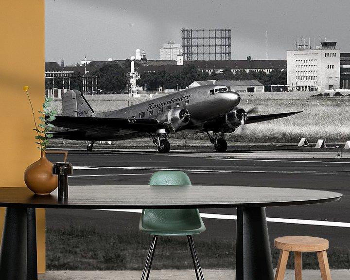 Sfeerimpressie behang: Raisin bommenwerper stijgt op van vliegveld Berlin Tempelhof van Frank Herrmann