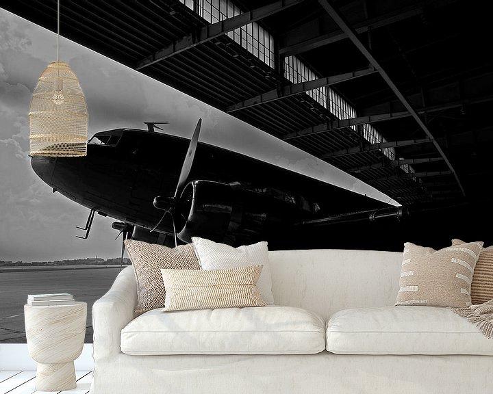Sfeerimpressie behang: Rozijnenbommenwerper op de oude luchthaven Berlin-Tempelhof van Frank Herrmann
