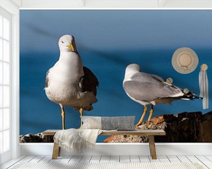 Sfeerimpressie behang: twee zilveren meeuwen op rots met zee als achtergrond uitsnede tiptiek collage van Dieter Walther