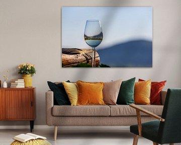 Gevuld wijnglas naast houten balk van Reiner Conrad