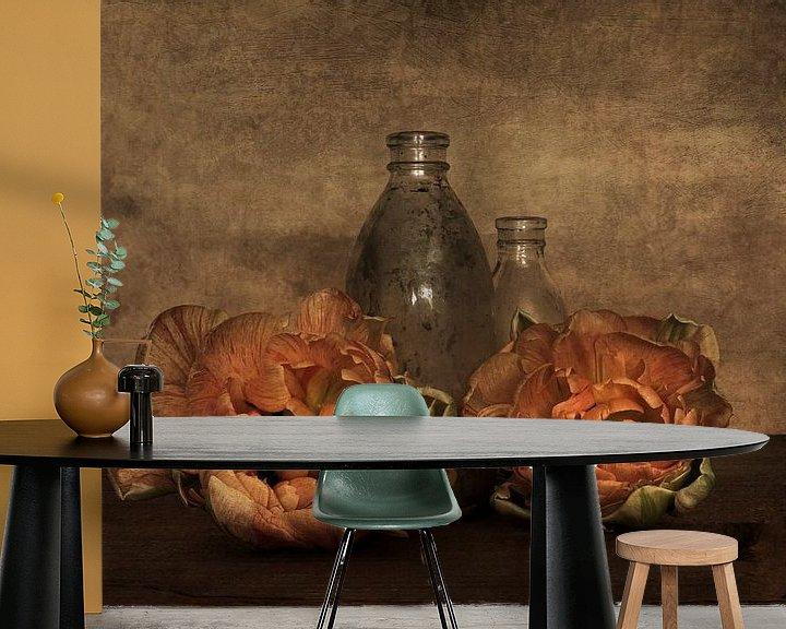Sfeerimpressie behang: Pioentulpen met glas van Elly van Veen
