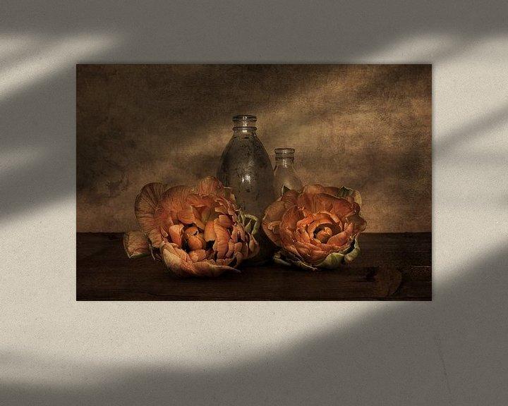 Sfeerimpressie: Pioentulpen met glas van Elly van Veen