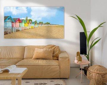 Pastellfarbene Strandhütten auf Mersey Island, Essex, England. von Mieneke Andeweg-van Rijn