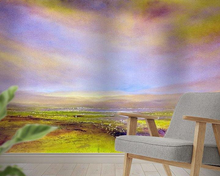 Sfeerimpressie behang: Het licht: violet en geel-groen van Annette Schmucker