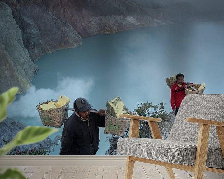 Sfeerimpressie behang: Zwavel mijnwerkers aan de rand van de Ijen krater van Anges van der Logt
