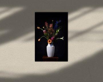 Klassisches Blumenstillleben mit einem Twist von Beeldpracht by Maaike